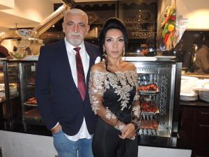 """Mekanın sahipleirndne Ali Yıldırım ve koordinatör eşi Suna Yıldırım sürpriz sanatçılarla türkü şölenine """"devam"""" dediler"""